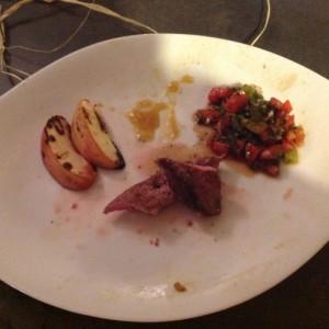 Filets de canard peches roties et salsa de tomates aux piments