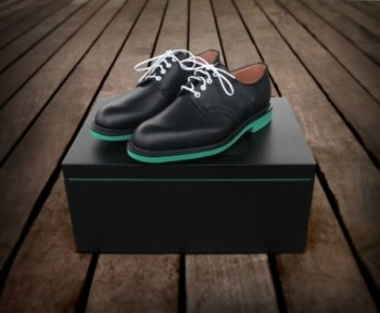 Un créateur conçoit les chaussures Heineken !