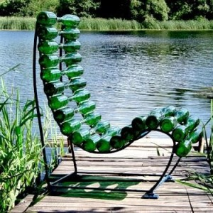 Très jolies chaises fabriquées avec des bières