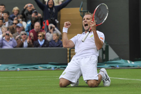 Un tennisman se boit une bière en plein Wimbledon