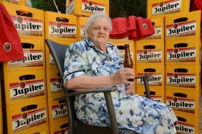 A 90 ans, Bertha s'enquille 16 bières par jour !