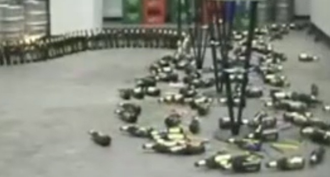 Une chute de domino géante à partir de bouteilles de bière