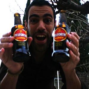 Comment ouvrir une bière uniquement avec ses mains ?
