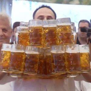 Nouveau record Oktoberfest, il soulève 27 chopes d'un Litre