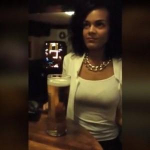 Elle boit sa pinte de bière sans les mains