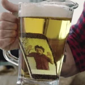 Il fait tomber son iPhone 6 dans la bière