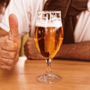 Au goulot ou dans un verre : comment boire sa bière ?